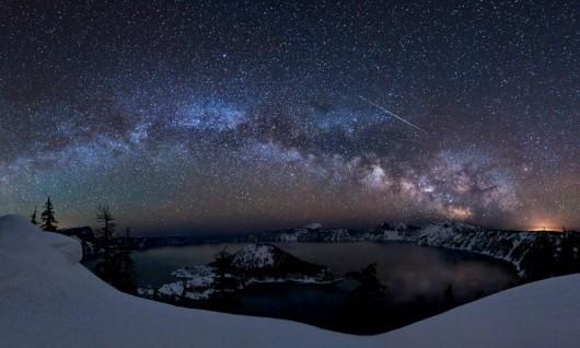30. クレーターレイク国立公園の流星(アメリカ・オレゴン州)