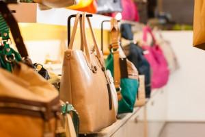 Taschen in einem Laden Geschäft